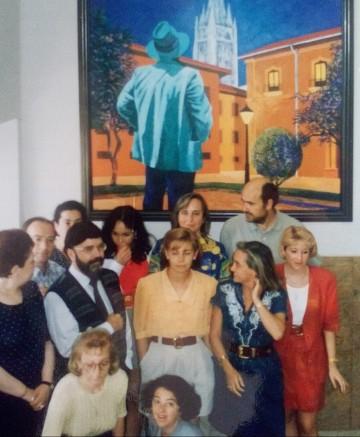 1993. Con algunos compañeros/as del Ayuntamiento de Oviedo ante un óleo de Úrculo. Detrás de mi a la izquierda se encuebtra mi amigo Longinos.